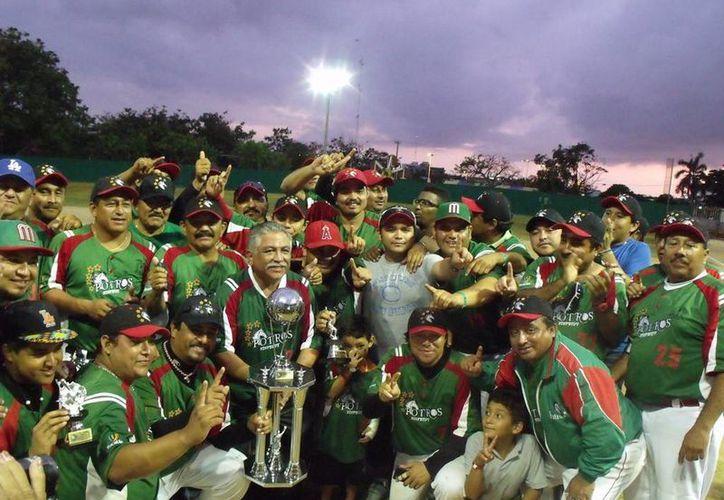 Potros de Yucatán ganó 9x2 al equipo de Baja-DF para así coronarse en el torneo 'Fast Pich' de softbol. (Milenio Novedades)