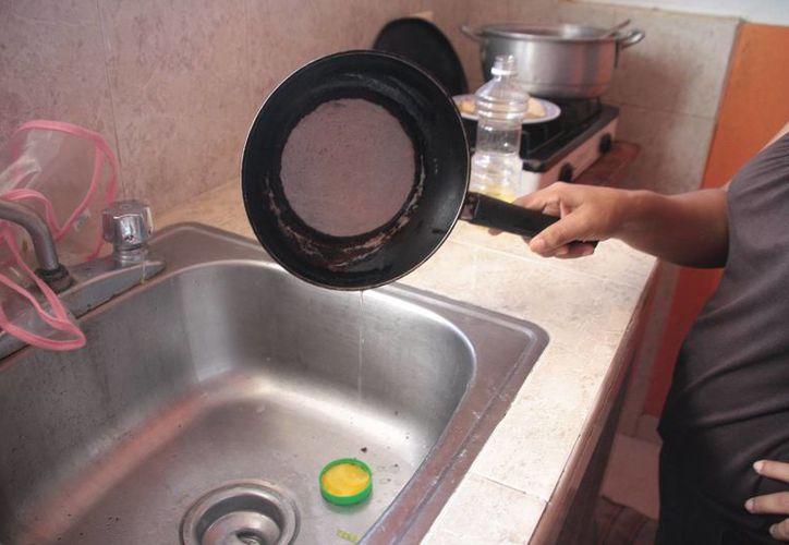 Existe poca cultura por el reciclaje de aceite quemado en Cozumel, el cual es arrojado al drenaje. (Julián Miranda/SIPSE)