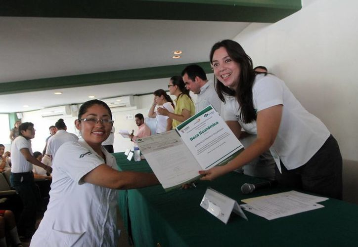 Fundación Autosur benefició con becas a 25 jóvenes estudiantes de Yucatán. (Amílcar Rodríguez/Milenio Novedades)