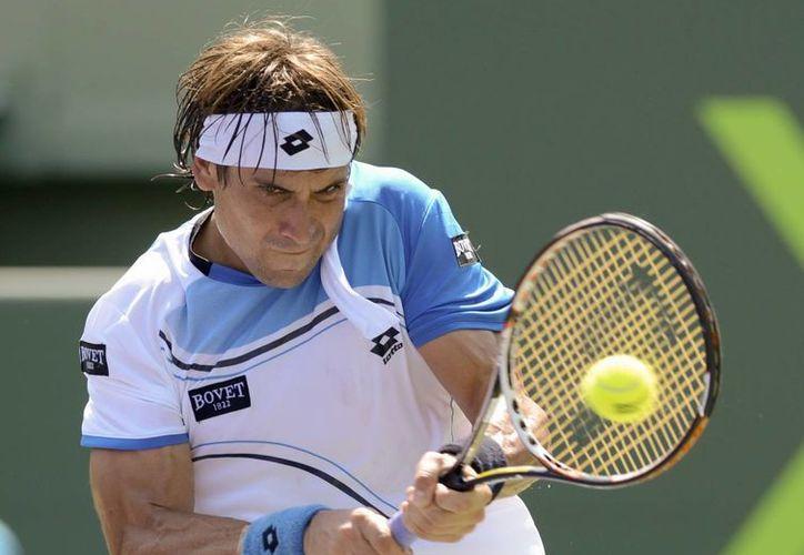El español David Ferrer devuelve una bola al italiano Fabio Fognini, durante el partido de tenis del US Open de Miami. (EFE)