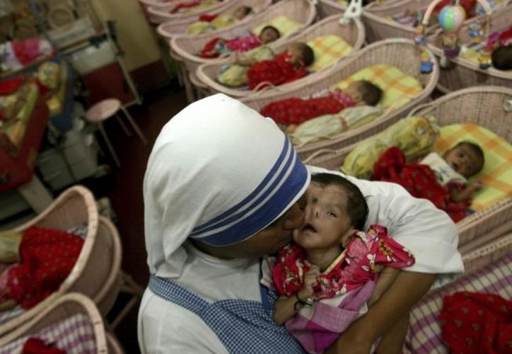 Una monja de la orden de la Madre Teresa en la India, con un bebé en brazos. (Foto: AP)
