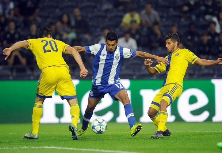 Jesús Corona evade a dos defensas en partido que jugó 54 minutos donde el Porto venció sin mayores complicaciones al  Maccabi Tel-Aviv , en la tercera jornada de la fase de grupos de la UEFA Champios League. (AP)