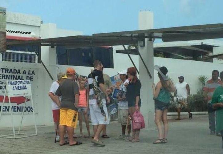 Más de 600 turistas del Carnival Triumph se quedaron en Progreso, donde dejaron buena derrama económica. (Óscar Pérez/SIPSE)