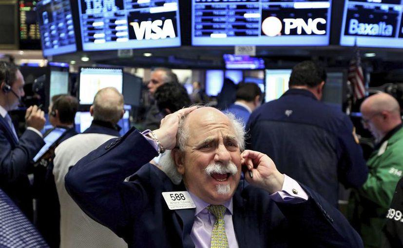 Los mercados se desploman a medida que Trump gana las elecciones presidenciales. En la foto, agentes de cambio y bolsa trabajan en el parqué de Nueva York, Estados Unidos. (EFE/Archivo)