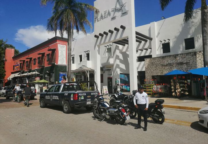Ministeriales llegaron acompañados de peritos, quienes se encargaron de procesar la escena del crimen. (Redacción/SIPSE)