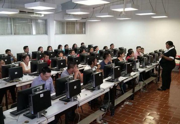 Esta semana concluyó la evaluación de 500 docentes que buscan una plaza magisterial. (Gerardo Amaro/SIPSE)