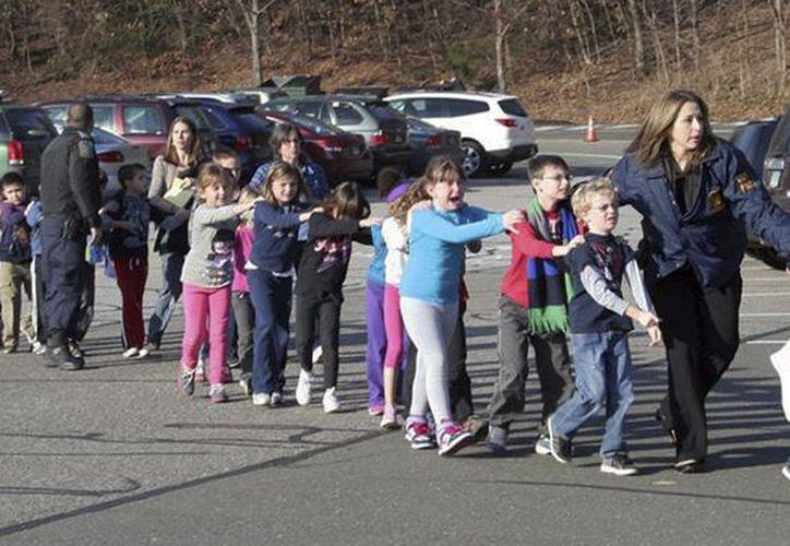 Varios niños fueron evacuados y llevados a un lugar seguro. (Agencias)
