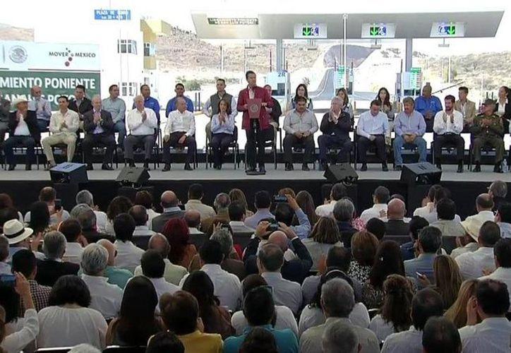 Aspecto del evento en que el presidente Enrique Peña Nieto entregó el Libramiento Poniente en San Luis Potosí. (@Presidencia MX)