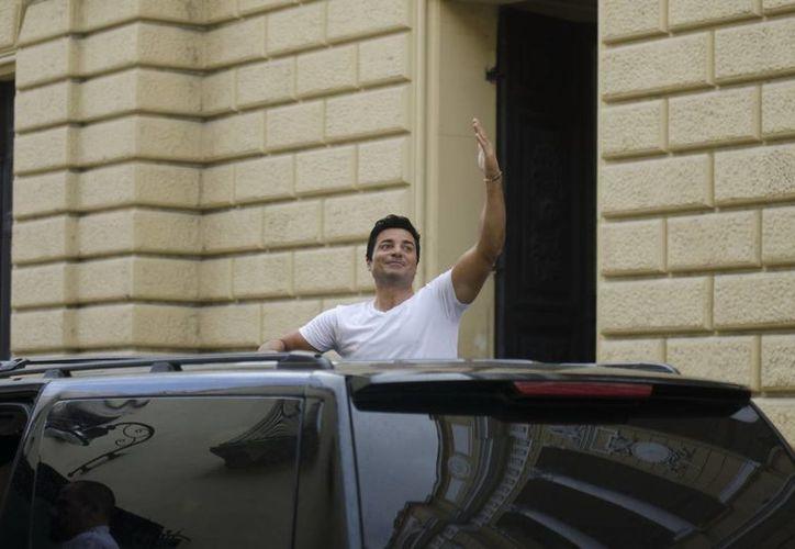 El cantante saluda a todos sus fans en las puertas del Teatro 'Peón Contreras' en el centro de Mérida. (Cuauhtémoc Moreno/SIPSE)
