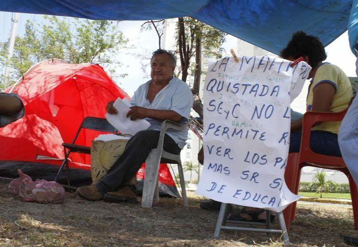 El maestro, Roger Chuc Moreno, inició una huelga de hambre  para que se le asigne una escuela en Cancún. (Sergio Orozco/SIPSE)