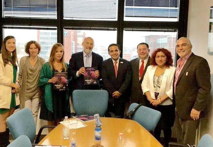 Aspecto de la reunión de trabajo entre académicos europeos, empresarios yucatecos y el secretario de Fomento Turístico, Saúl Ancona Salazar, realizada en el marco de la Expo Mundial de Milán 2015. (Milenio Novedades)