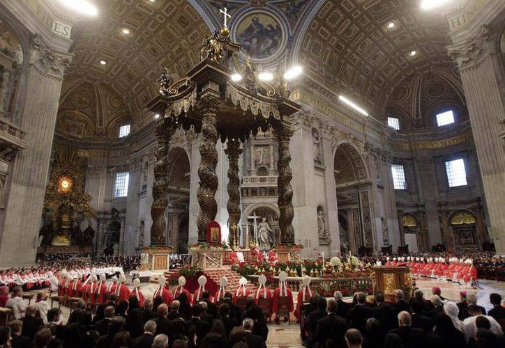 Cardenales se congregan en torno al papa Benedicto XVI durante  una misa en la Basílica de San Pedro. (Archivo Agencias)