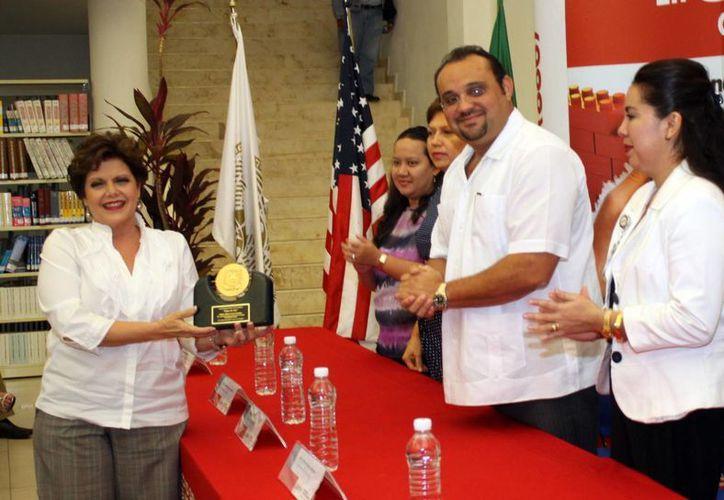 La UVM reconoció a Alis García Gamboa por su importante labor en pro de la sociedad yucateca. (Alberto Segura/Milenio Novedades)