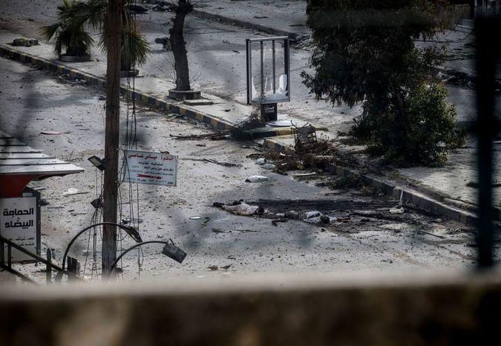 Cadáveres yacen en calles de Alepo. Desde marzo de 2011, cuando estalló la revuelta popular que después se convirtió en una guerra civil, más de 60 mil personas han muerto en Siria, según la ONU.