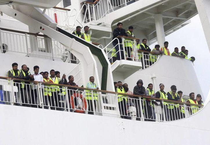 """Trabajadores de Bangladesh evacuados desde Libia en el buque griego """"Ionian King"""", a su llegada al puerto de Chania, Creta, hace dos años. (EFE/Archivo)"""
