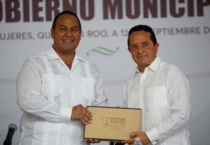 El presidente municipal de Isla Mujeres, Juan Carrillo Soberanis, entrega al gobernador Carlos Joaquín González el documento que contiene los resultados de su primer año de gestión. (Redacción/SIPSE)