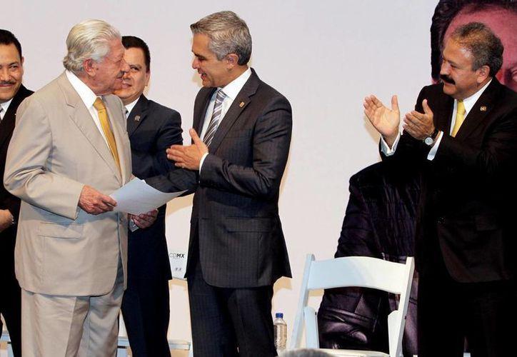 A sus 89 años Ignacio López Tarso (i), actor de la Época de Oro del Cine Mexicano, no solo se mantiene vigente como actor sino que ahora promueve la lucha contra el cáncer de próstata. A su lado, Miguel Angel Mancera, jefe de gobierno del DF. (Notimex)