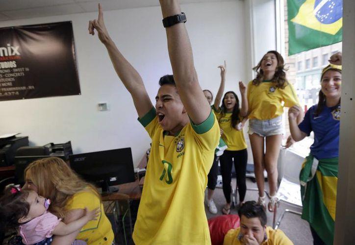 El sondeo indica que solamente un 20 % de los infieles dejaría de ver una final del futbol para encontrarse con el amante. (AP)