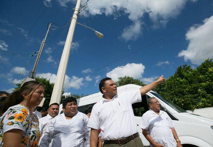 l gobernador Rolando Zapata estuvo en Timucuy y Acanceh para verificar la conclusión de obras eléctricas. (SIPSE)