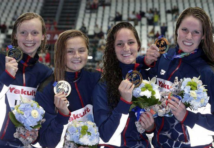 De i a d: Katie Ledecky, Katie McLaughlin, Leah Smith and Missy Franklin, equipo estadounidense medallista de oro en el Mundial de Natación en relevos de 4x200. (Foto: AP)