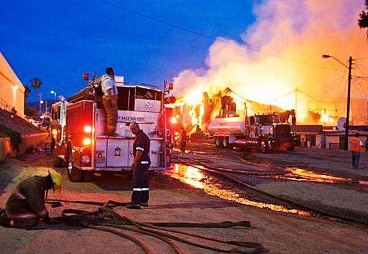 El incendio ocurrió alrededor de las 03:00 de la madrugada en el asilo 'Hermoso Amanecer', en el Ejido Querétaro, en el Valle de Mexicali. Imagen del siniestro. (noticiasnet.mx)