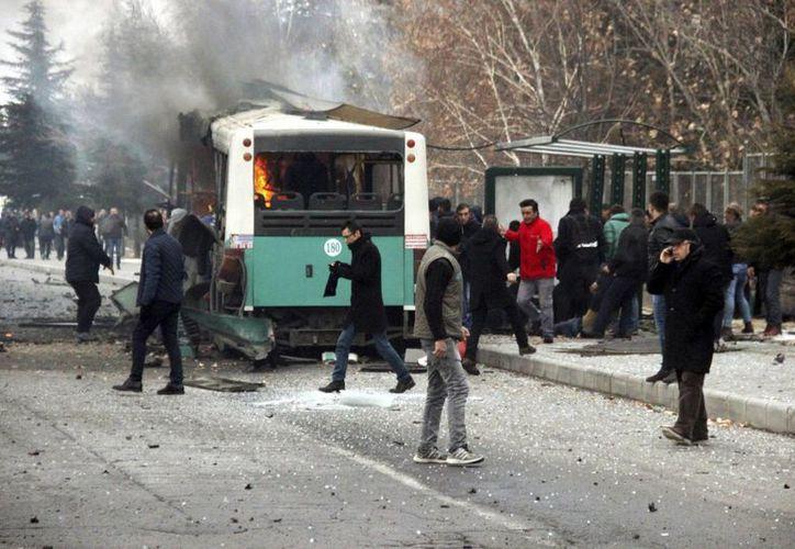 La explosión tuvo lugar una semana después del atentado que dejó 44 muertos en el centro de Estambul, reivindicado por un grupo armado kurdo. (IHA via AP)