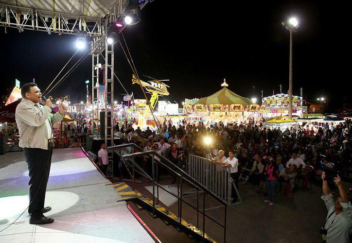 Entre sus actividades del viernes, el gobernador Rolando Zapata Bello inauguró la feria navideña en terrenos de La Plancha. (SIPSE)