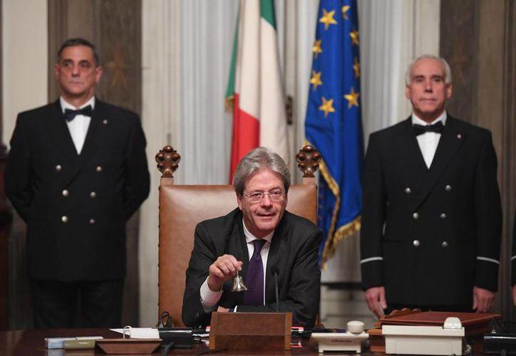 Paolo Gentiloni realizó cambios en los ministerios de Interior, Exteriores y Educación, en su primer día al frente del gobierno de Italia. (AP/Claudio Peri)