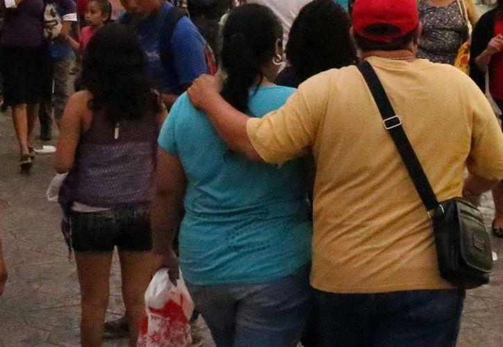 El sobrepeso, la herencia genética y la falta de actividad física son algunos factores que provoca la diabetes. Imagen de un par de personas con sobrepeso en el centro de Mérida. (Milenio Novedades)