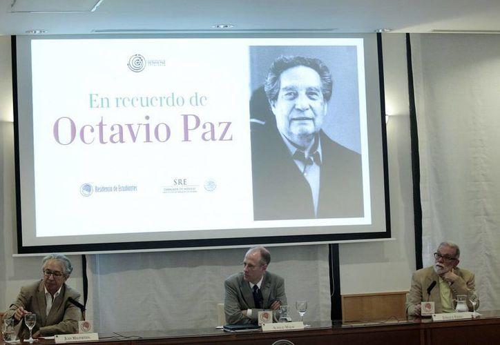 Homenaje a Octavio Paz en Madrid por el aniversario 100 de su natalicio. En la imagen los estudiosos Juan Malpartida, Aurelio Major y Enrique Fierro. (Notimex/Foto de archivo)