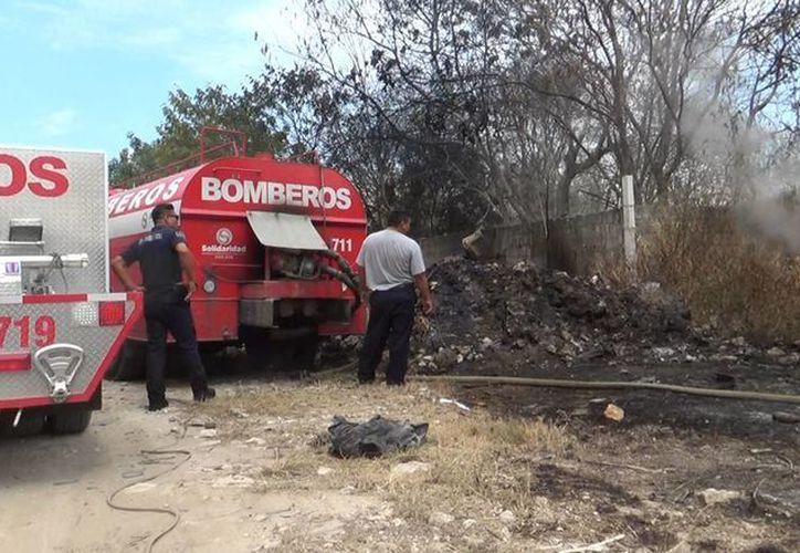 Alrededor de 7 mil litros de agua fueron necesarios para sofocar el incendio en un lote baldío en la colonia Nicte Ha. (Daniel Pacheco/SIPSE)
