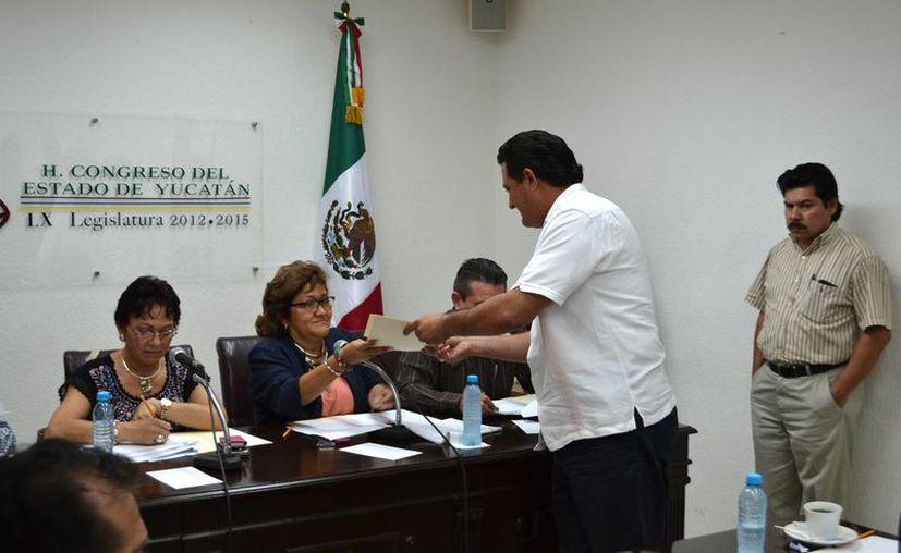 El diputado Edgardo Medina entrega la propuesta de los legisladores panistas. (SIPSE)