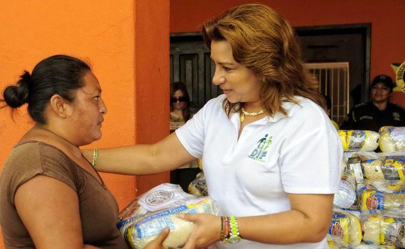 La Presidenta del DIF estatal, Sara Blancarte de Zapata, al entregar despensas a los habitantes de los municipios que visitó. (Milenio Novedades)