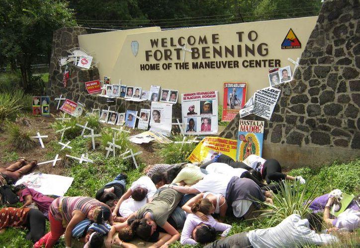 La protesta se llevó a cabo a las puertas de la institución. (Agencias)