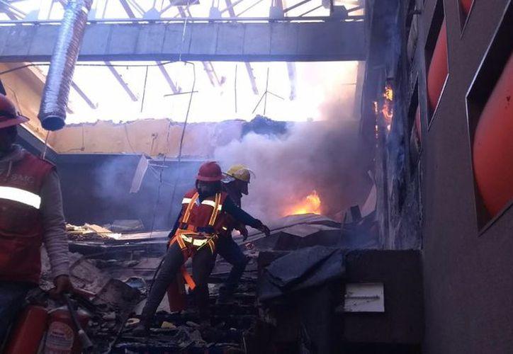 Se realizó la remoción de escombros para evitar la presencia de material incandescente. (Foto: La Jornada)