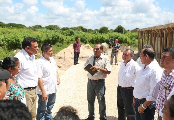 """El Gobernador supervisó los avances en la construcción de una aula didáctica, servicios sanitarios y andador del jardín de niños """"Juana de Asbaje"""" en Texán Palomeque, Hunucmá. (Cortesía)"""