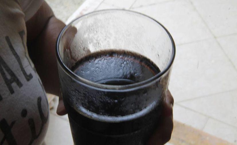 El consumo constante de refrescos causa sobrepeso y obesidad. (Israel Leal/SIPSE)
