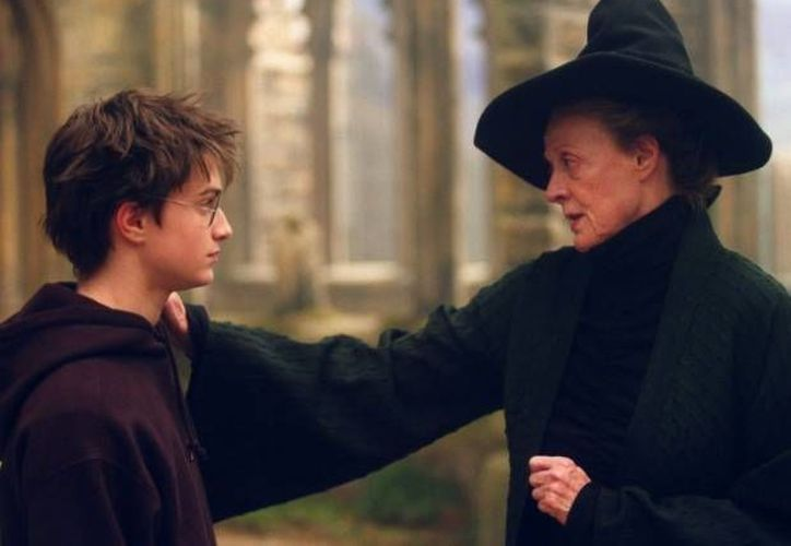 En imagen, Harry Potter con la profesora Minerva McGonagall.  J.K. Rowling, su autora, dio a conocer algunos detalles de las raíces familiares del famoso estudiante de Colegio Hogwarts. (Archivo AP)