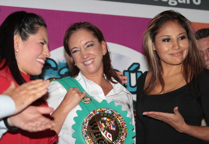 Las boxeadora Ana María Torres y Mariana 'Barbie' Juárez flanquean a la secretaria de Turismo, Claudia Ruíz Massieu, en el inicio de la semana de 'Boxeando por un México Seguro' en el Barrio de Tepito. (Notimex)