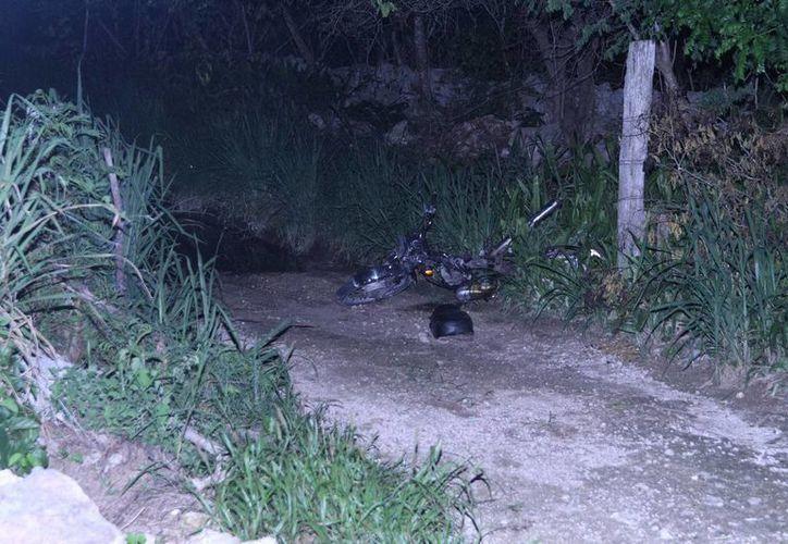 La motocicleta y el cadáver del conductor quedaron a un lado de la carretera Mérida-Tizimín, mientras su esposa narró que toda la tragedia sucedió ante su mirada a tan solo unos metros. (Milenio Novedades)