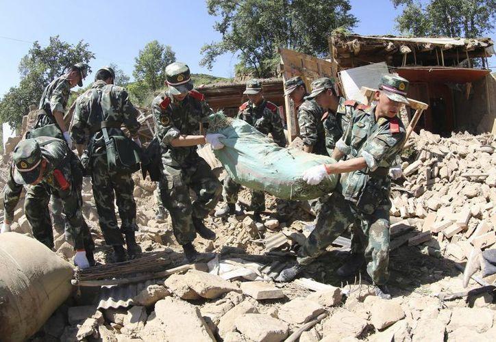 Las víctimas eran mayoritariamente ancianos y niños que no pudieron escapar de sus hogares cuando se derrumbaron. (Agencias)