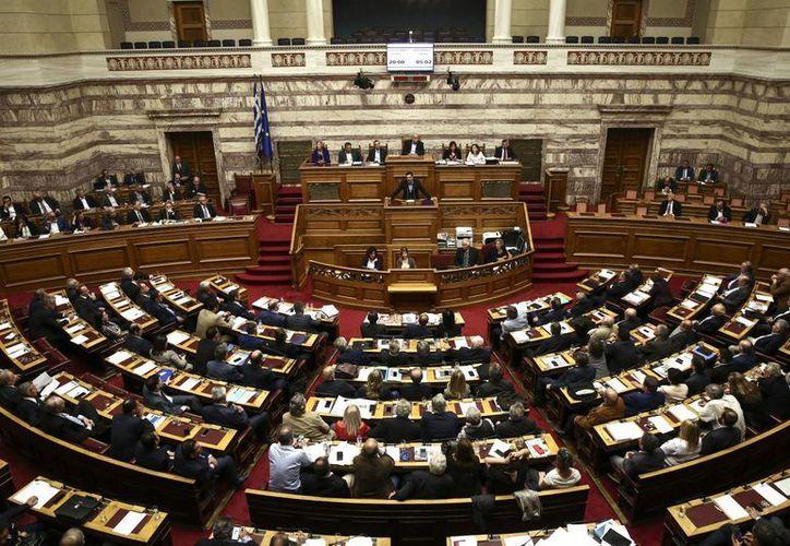 El aval del parlamento heleno a la reforma en pensiones ocurrió en momentos en que los griegos estaban en las calles manifestándose en contra de dicha iniciativa. (AP)