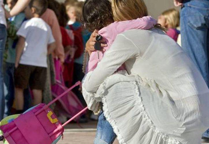 Recomiendan a las mamás comenzar a despedirse de los menores desde la casa para que no sufra a la hora de dejarlos en la escuela. (Milenio Novedades)