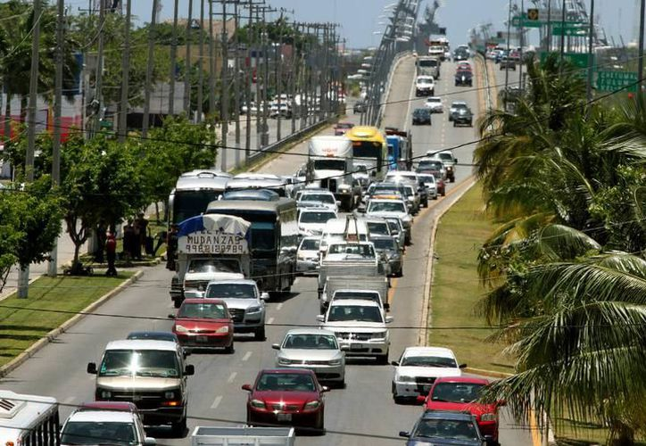 Analizan la ampliación de la carretera Cancún-Tulum con participación de la Iniciativa Privada. (Adrián Barreto/SIPSE)
