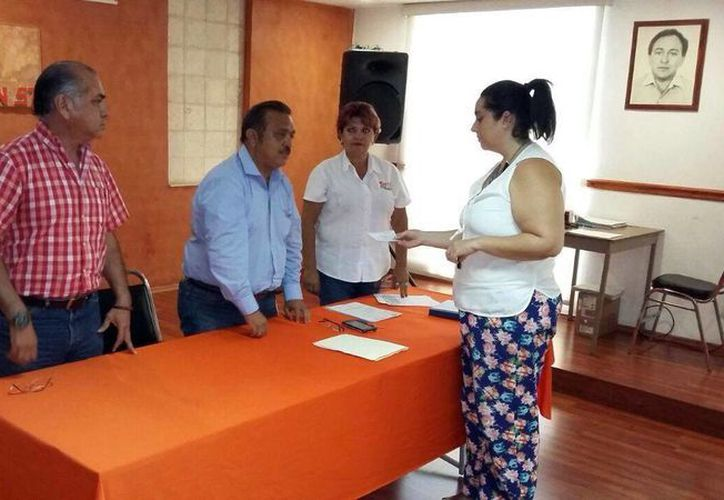 Imagen de la entrega del Fondo de Defunción a beneficiarios, cada uno recibió 40 mil pesos. (Milenio Novedades)