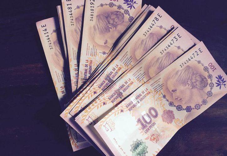 Actualmente, 100 pesos es la máxima denominación que se encuentra en los billetes argentinos. (Notimex)