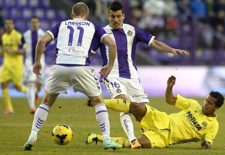 1-0. El Valladolid toma oxígeno ante el Villarreal, en Zorrilla. En la imagen, los jugadores del Real Valladolid Jesús Rueda (de frente) y el sueco Daniel Larsson (de espaldas) luchan un balón con el delantero mexicano del Villarreal Giovanni dos Santos. (Efe)