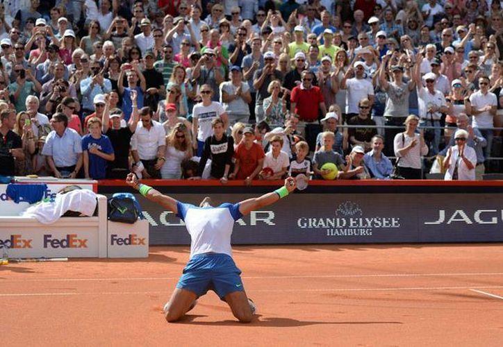 Rafael Nada ganó por segunda vez el Abierto de Hamburgo; tras un inicio complicado, el español se repuso y venció al italiano Fabio Fognini. (AP)