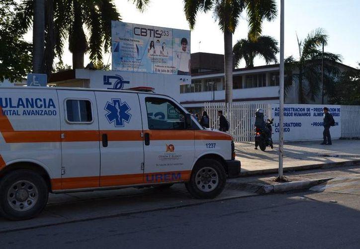 Los paramédicos llegaron de inmediato a la preparatoria para atender al menor. (Redacción/SIPSE)