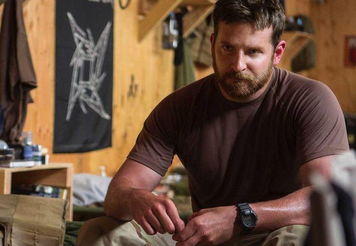 Bradley Cooper en una escena de 'American Sniper', que se estrena cines este viernes y por la que nuevamente es nominado al premio Oscar como mejor actor. (ludditerobot.com)